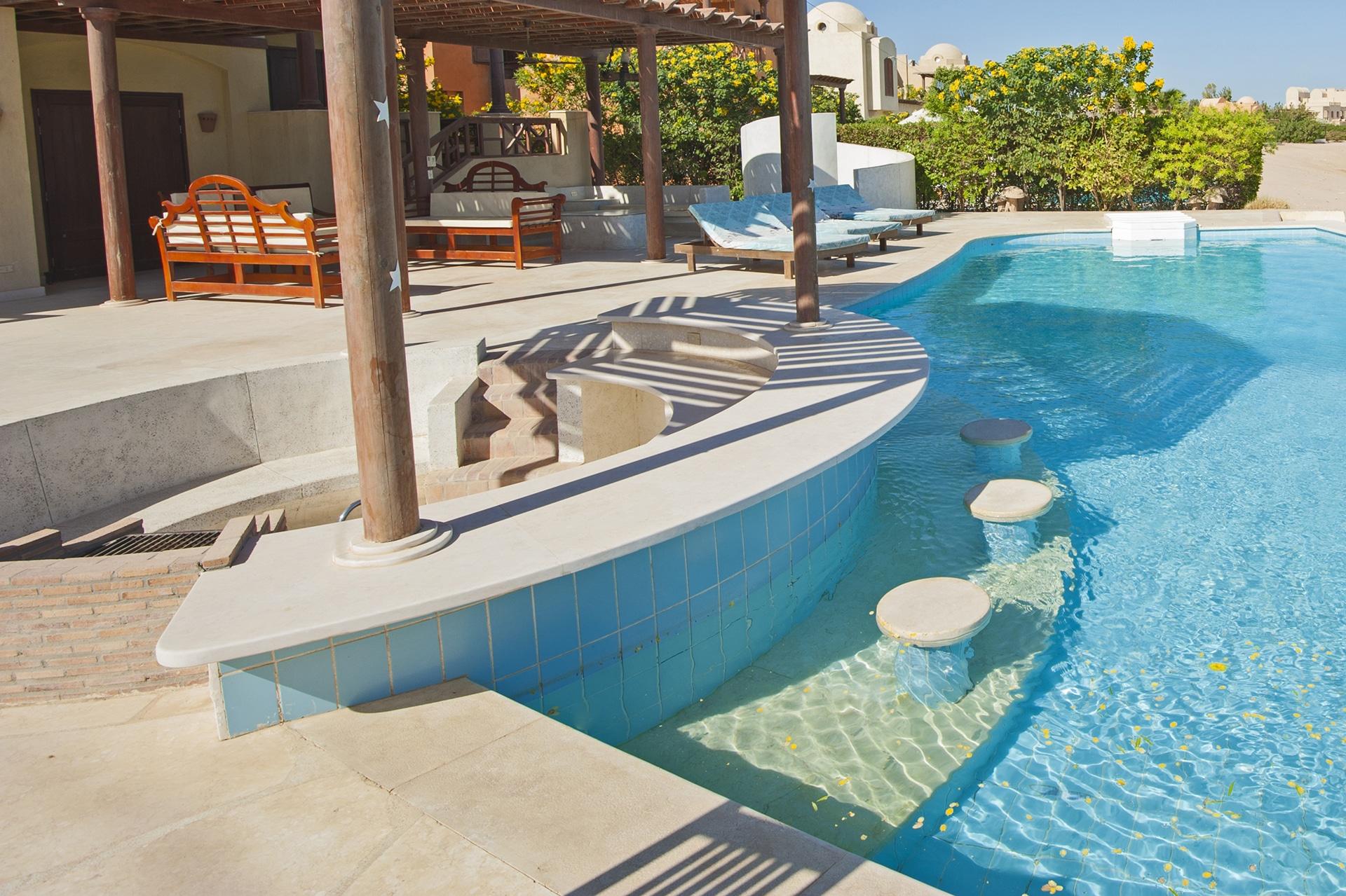 What is a Swim-Up Pool Bar? - Splash Pools Inc.